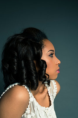 Side profile of attractive young black woman. - p1433m1589017 by Wolf Kettler