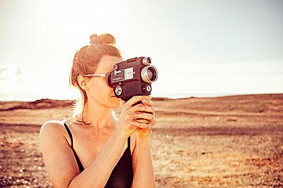 Frau mit Filmkamera - p713m2215875 von Florian Kresse
