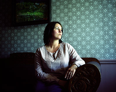 Woman sitting on chair, portrait - p945m1502138 by aurelia frey