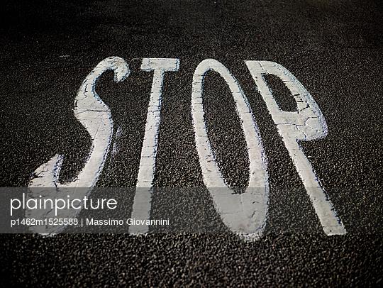 Stop auf dem Asphalt - p1462m1525588 von Massimo Giovannini