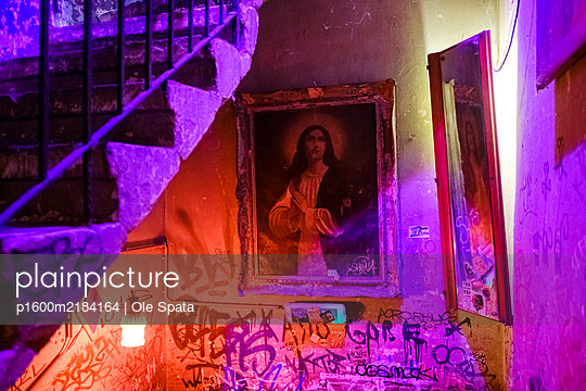 Ruin bar, Szimpla Kert, Budapest, Hungary - p1600m2184164 by Ole Spata