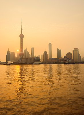 Pudong Shanghai and Yangtze river at sunset, China - p429m1079931 by Planet Pictures