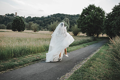 Bride, Rear view - p680m2176362 by Stella Mai