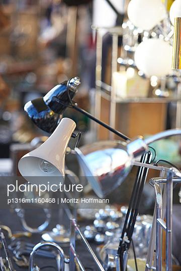 Schreibtischlampen, Flohmarkt an der Straße des 17. Juni, Berlin, Deutschland - p1316m1160468 von Moritz Hoffmann