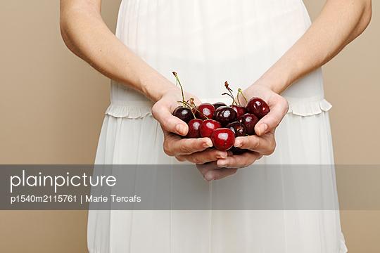 Frisches Obst in der Hand - p1540m2115761 von Marie Tercafs