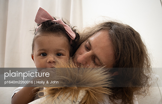 Father with his little daughter and cuddly toy - p1640m2260016 by Holly & John