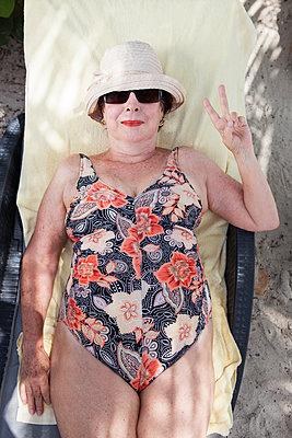 Lady im Urlaub - p045m1582739 von Jasmin Sander