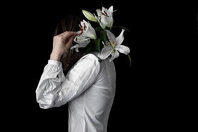 Kunst Portrait mit weißer Lilie - p1642m2216177 von V-fokuse