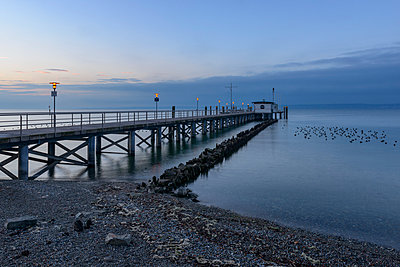 Germany, Baden-Wuerttemberg, Hagnau, Lake Constance, jetty in the morning - p300m1019208f by Kerstin Bittner
