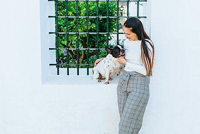 Woman talking to her dog outdoors - p300m2012705 by Kiko Jimenez