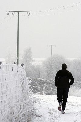 Jogger in Winterlandschaft in Pentling - p9792181 von Jaeckel