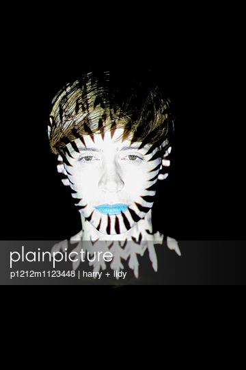Schwarz-Weiß Projektion auf Gesicht einer Frau - p1212m1123448 von harry + lidy