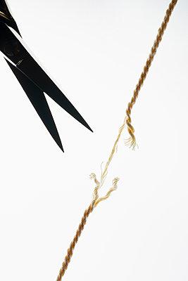 Cut the thread - p1149m2271394 by Yvonne Röder