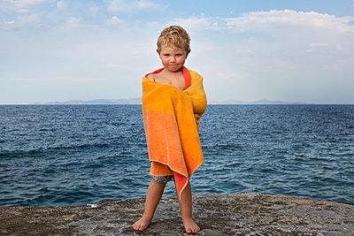 Kind am Meer - p1386m2026369 von Lindqvist