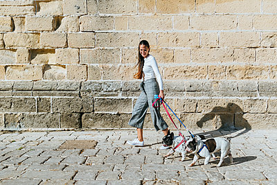 Young woman with her two dogs - p300m2012698 by Kiko Jimenez