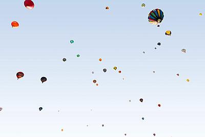 Heißluftballons von unten  - p719m2109217 von Rudi Sebastian