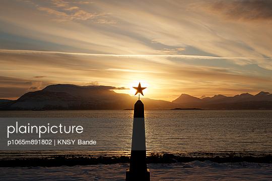 Ein Obelisk mit Stern bei Sonnenuntergang  - p1065m891802 von KNSY Bande