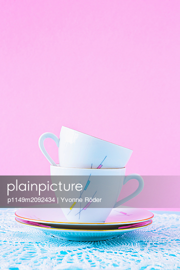 Stack of two coffee cups - p1149m2092434 by Yvonne Röder
