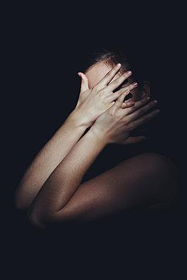 Junges Mädchen bedeckt sein Gesicht mit den Händen - p1540m2100953 von Marie Tercafs