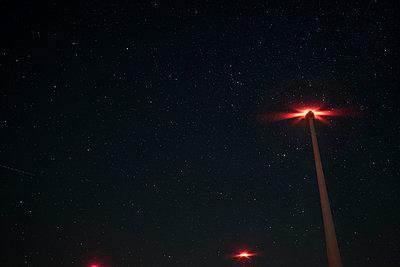 Windpark bei Nacht - p229m1492014 von Martin Langer