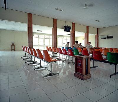 Wartehalle Flughafen Maumere - p2681602 von Rui Camilo