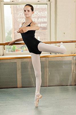 Ballerina en pointe - p9245542f by Image Source