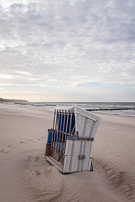 Germany, Warnemuende, locked beach chair on beach - p300m1206266 by Melanie Kintz
