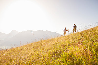 Couple hiking in the mountains, Achenkirch, Austria - p300m2206563 by Studio 27