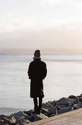 Frau am Wasser - p432m866451 von mia takahara