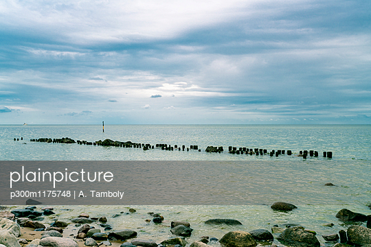 Germany, Mecklenburg-Western Pomerania, Ruegen, Baltic Sea, Sassnitz beach with stones - p300m1175748 by A. Tamboly