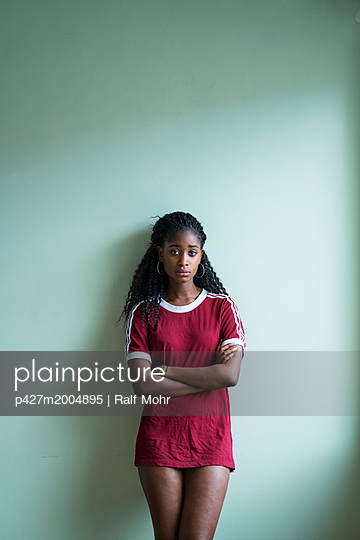 Young woman with African ethnicity - p427m2004895 by Ralf Mohr