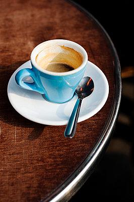 Hellblaue Espressotasse - p177m959728 von Kirsten Nijhof