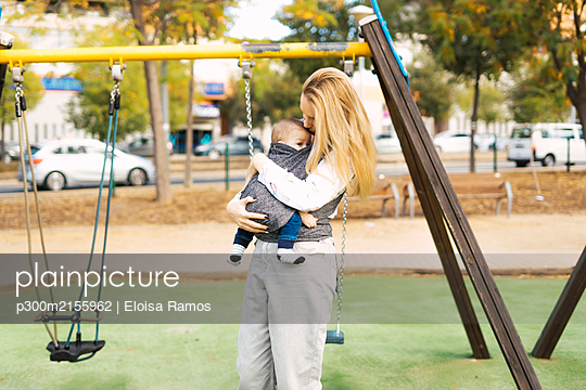 Happy mother with baby boy on a playground - p300m2155962 von Eloisa Ramos