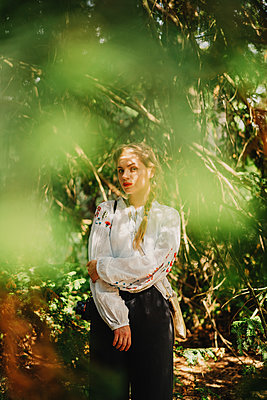 Young woman in forest - p1184m2065085 by brabanski