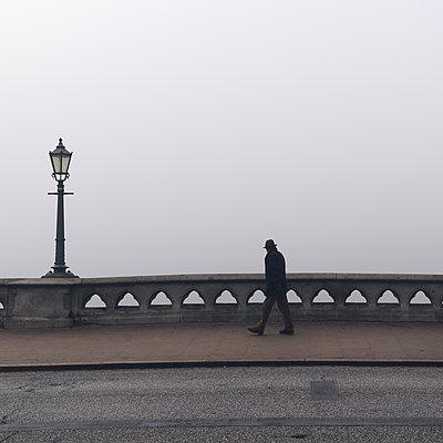 Spaziergänger auf der Lombardsbrücke im Nebel, Hamburg - p1696m2296545 von Alexander Schönberg