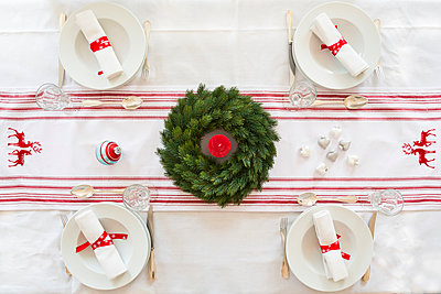 Red-white laid table with Advent wreath at Christmas time - p300m978179f by Larissa Veronesi
