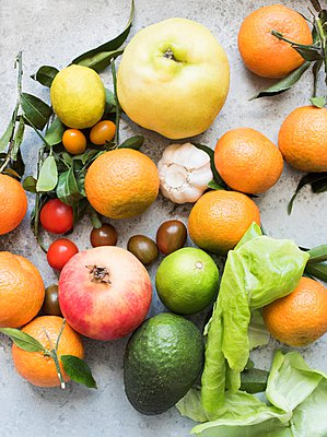 Overhead view of colourful fruits and vegetables - p429m1103172 by Magdalena Niemczyk - ElanArt