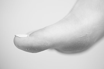 Close-Up of Young Adult Woman's Bare Toe - p694m2097245 by Lori Adams
