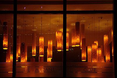 Deckenlampen in einem Restaurant im Sony-Center am Potsdamer Platz - p9792375 von Seyfferth