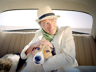 Senior man with collie in car - p1207m1109478 by Michael Heissner