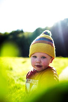 Junge mit Wollmütze - p1386m1488603 von beesch