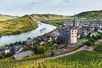 Germany, Rhineland-Palatinate, Cruise ship on the Moselle river near Bremm - p300m2062672 von Michael Runkel