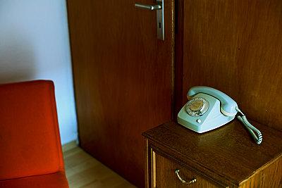 70er Jahre Telefon mit Wählscheibe und Schnur - p606m2008393 von Iris Friedrich