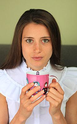Frau mit Babuschka-Tasse - p045m1169479 von Jasmin Sander