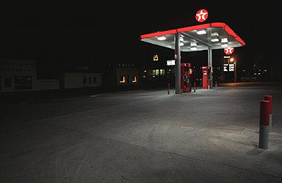 Station service déserte la nuit. - p1270m1090837 by Corinne Nguyen