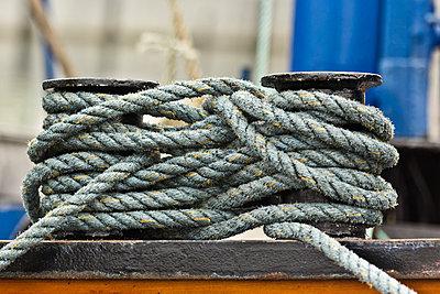 Germany, Rope on bollards - p300m975251f by Melanie Kintz