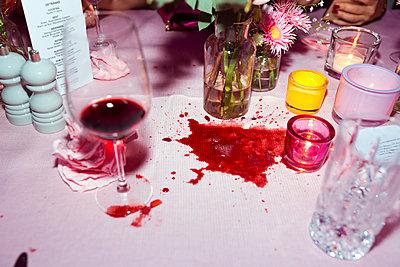 Rotweinfleck auf Tischdecke - p432m2076592 von mia takahara