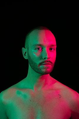 Young man, portrait - p817m2159096 by Daniel K Schweitzer