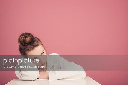 A teenage girl against pink  - p1323m2126096 von Sarah Toure