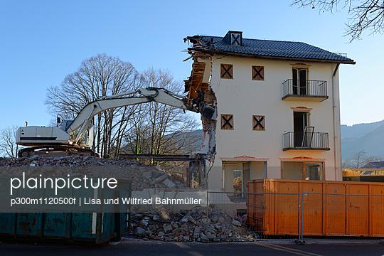 Germany, Bad Heilbrunn, demolishing of a house - p300m1120500f by Lisa und Wilfried Bahnmüller